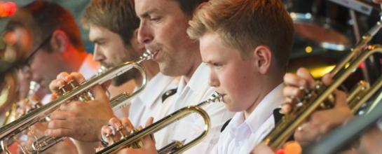 Junger Trompeter beim Spiell.
